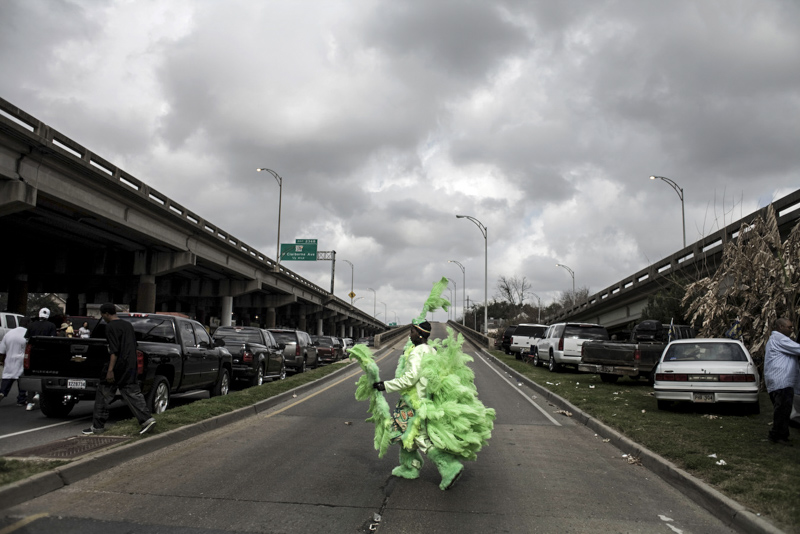 February 05, 2008. New Orleans, LA. Mardi Gras day in New Orleans.A Mardi Gras indian from the Creole Osceola crew makes his way to the I-10 overpass.