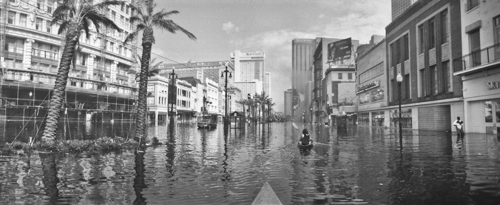 Aftermath of hurricane Katrina, flooded Canal Street looking toward the Mississippi river, Department store burning in the Central Business District, New Orleans, Louisiana,August 31, 2005 2005 © Andy LEVIN (CONTACT PRESS IMAGES)